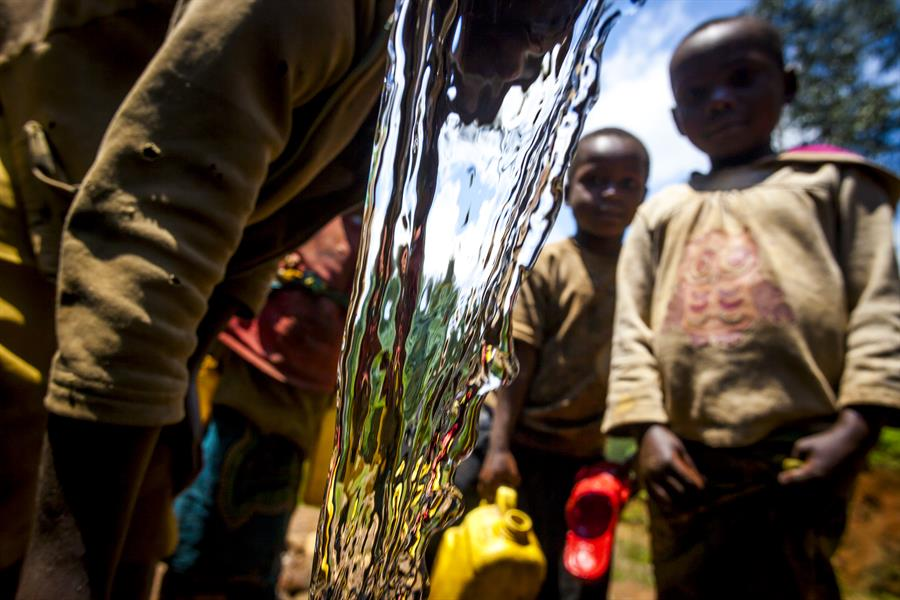 Children collect water in Uwinka.